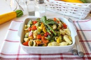 Orecchiette con verdure miste e basilico