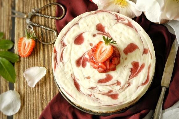 Bavarese allo yogurt e fragole su crumble croccante