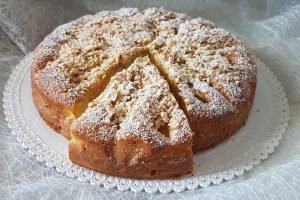 Torta soffice con pere, nocciole e mandorle