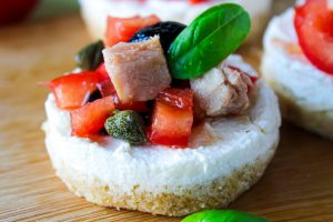 Mini cheesecake salate con pomodori, tonno e olive
