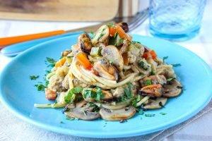 Spaghetti piccanti con crema di funghi, verdure miste e cozze