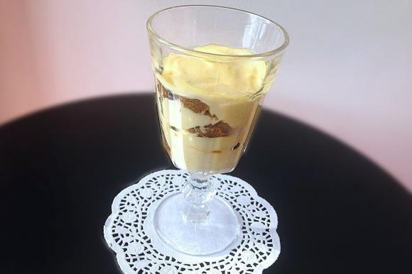 Bicchieri con crema alla vaniglia e biscotti al cacao