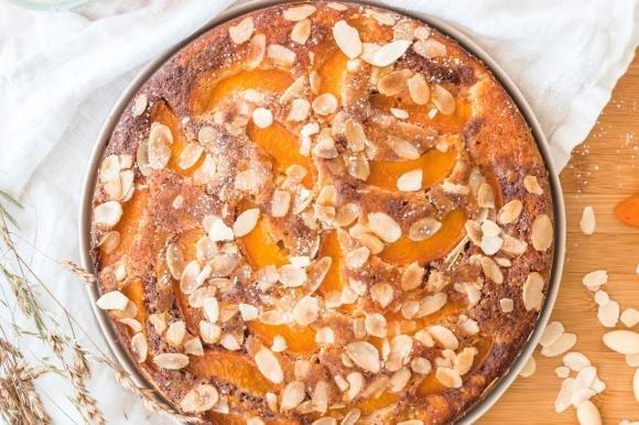 Torta soffice alle albicocche e mandorle variegata al cacao