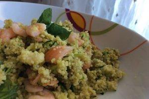 Couscous con pesto, zucchine, salmone e gamberetti