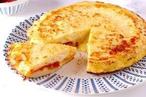 Focaccia di patate in padella con pomodori secchi e formaggio
