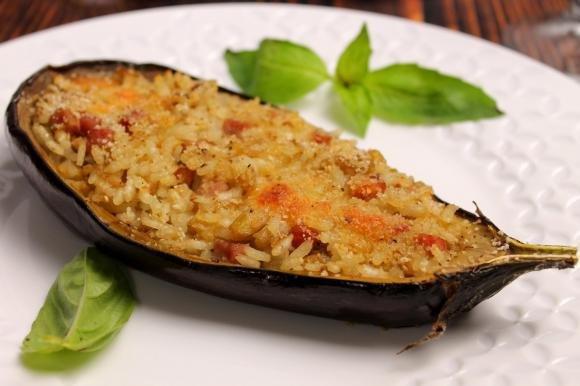 Melanzane ripiene di riso, prosciutto cotto e scamorza affumicata