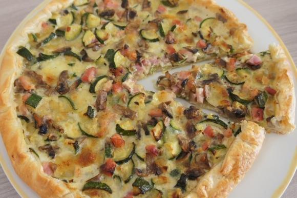 Torta salata con zucchine, funghi e prosciutto cotto