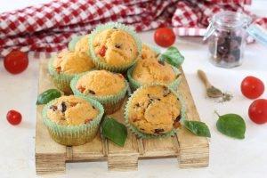 Muffin salati con olive e pomodorini