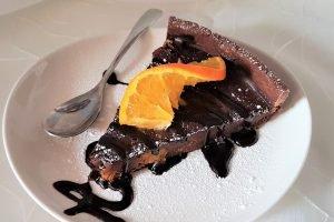 Crostata al cacao con arance caramellate e ganache fondente