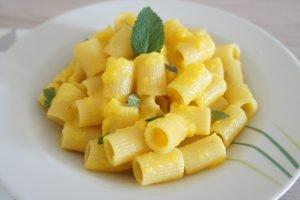Mezzi rigatoni con crema di peperoni e menta