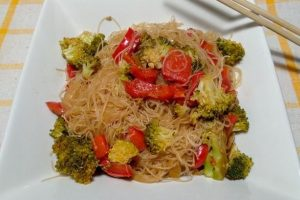 Spaghetti di riso con broccoli, peperoni e cipolle