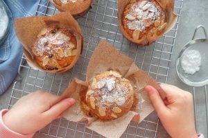 Muffin alla banana con cioccolato e mandorle senza burro e uova