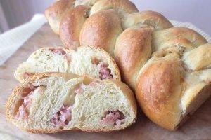 Treccia di pan brioche farcita con speck e formaggio