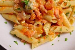 Penne rigate con zucca, salmone affumicato e gorgonzola dolce