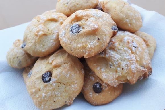Biscotti morbidi con gocce di cioccolato e arancia