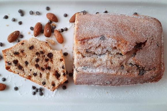 Plumcake alle mandorle e gocce di cioccolato