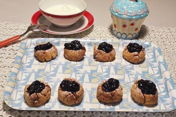 Biscotti all'avena con confettura di mirtilli senza zucchero
