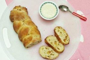 Treccia di pane con yogurt e canditi all'arancia