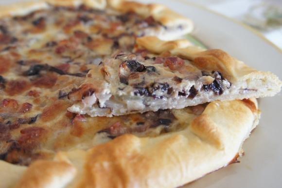 Torta salata con radicchio, pancetta e mozzarella