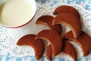 Biscotti mezzelune al cacao senza glutine