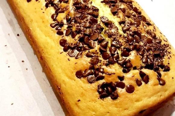 Plum cake allo yogurt e arancia con gocce di cioccolato