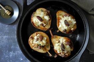 Pere arrosto con briciole di percorino, olive taggiasche, miele e noci