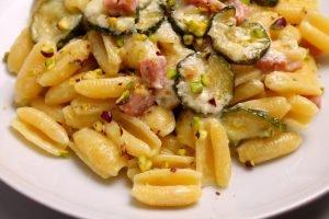 Gnocchetti con zucchine, prosciutto cotto, gorgonzola e pistacchi