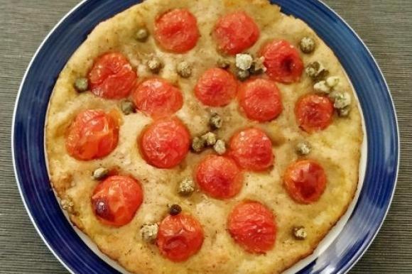 Pizza integrale senza glutine con pomodorini e capperi