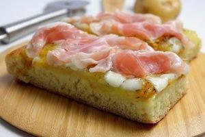 Focaccia con patate, mozzarella e pancetta
