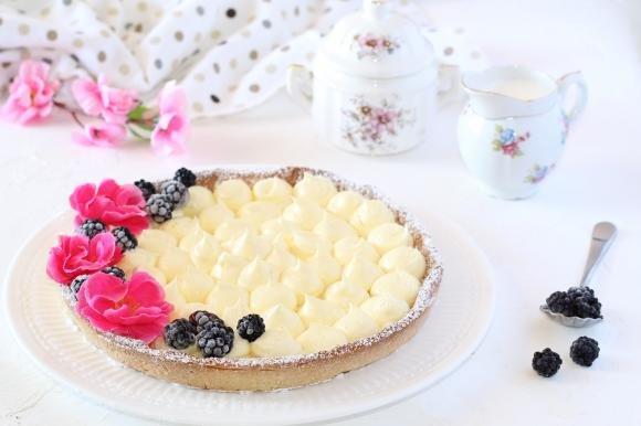 Crostata con crema mousseline e more