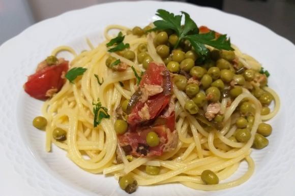 Spaghetti con tonno, piselli e pomodorini