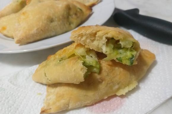Mini calzoni cotti al forno con zucchine e mozzarella