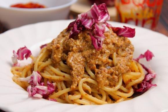 Spaghetti con pesto di radicchio, mandorle e pomodori secchi