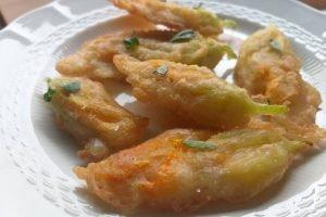 Fiori di zucca in pastella senza uova con basilico