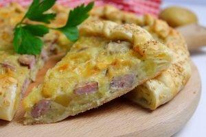 Torta salata con salsiccia, patate e brie