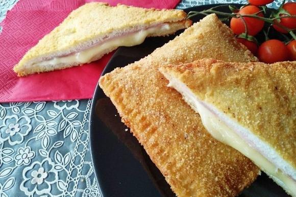 Toast con prosciutto e formaggio impanati e fritti