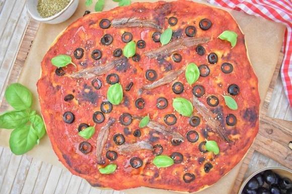 Focaccia con olive, alici e sugo di pomodoro