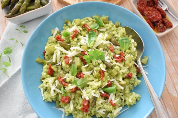 Insalata di riso con asparagi e pesto di basilico