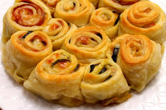 Torta di rose salata con prosciutto cotto, zucchine e scamorza affumicata