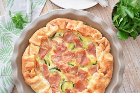 Torta salata con porri, zucchine e prosciutto crudo