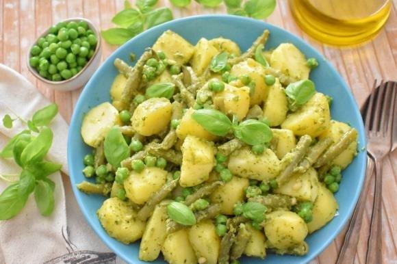 Insalata di patate con pesto, fagiolini e piselli