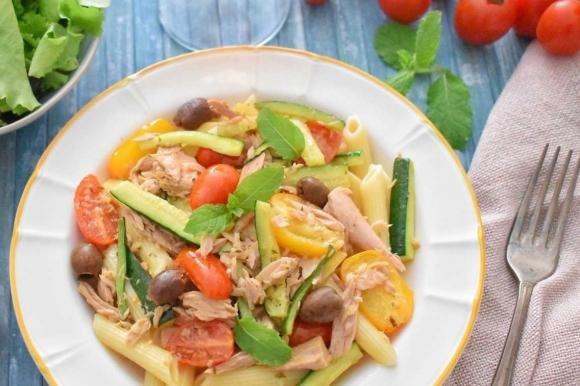 Pasta con tonno, zucchine, olive e pomodorini