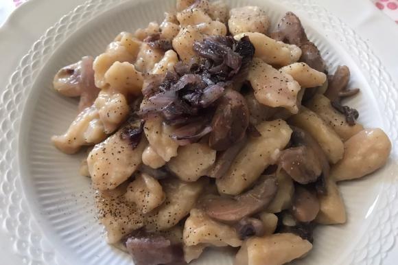 Gnocchi di patate con radicchio e funghi