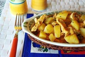 Straccetti di pollo in umido con patate e piselli