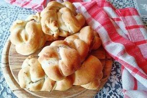 Treccine di pan brioche con ricotta e salame