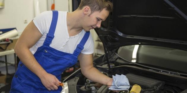 Come controllare il livello dell'olio del motore