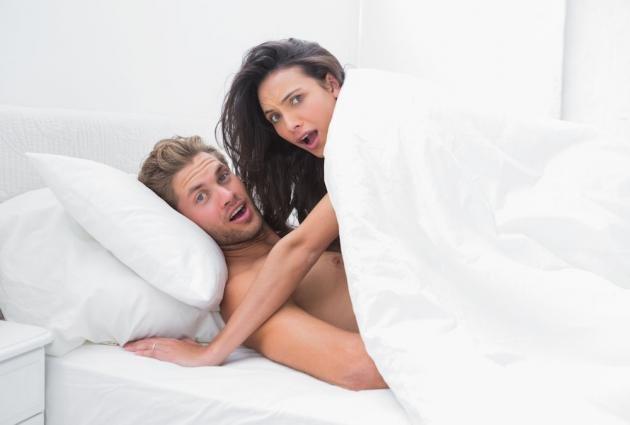 Posizioni strane per fare l'amore: ecco come divertirsi a letto