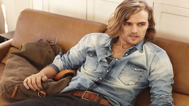 cosa mettere sotto giacca di jeans scura uomo