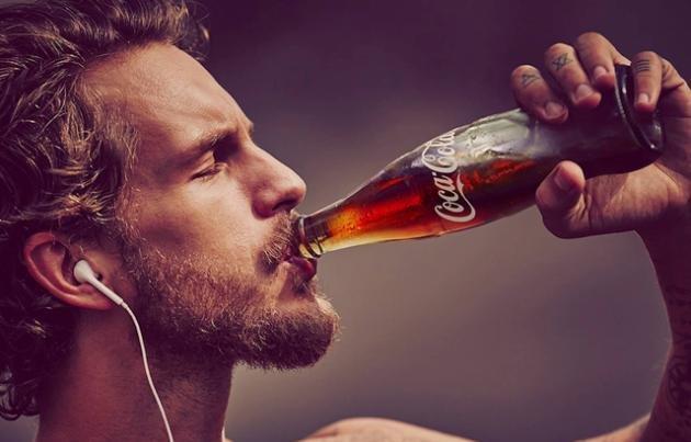 Ecco cosa succede al tuo corpo quando bevi la Coca Cola