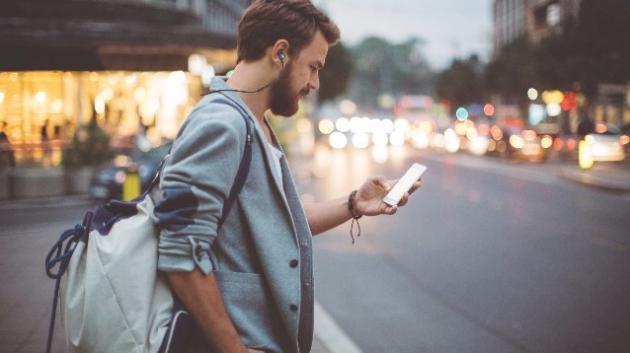 Come non annoiarsi con lo smartphone mentre siete in fila
